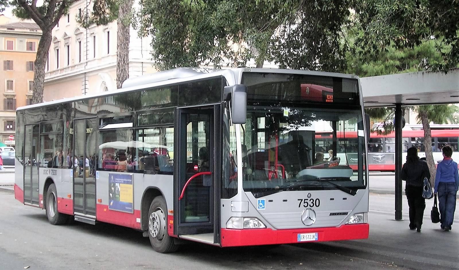 Roma choc, passeggino con neonato vola via da bus