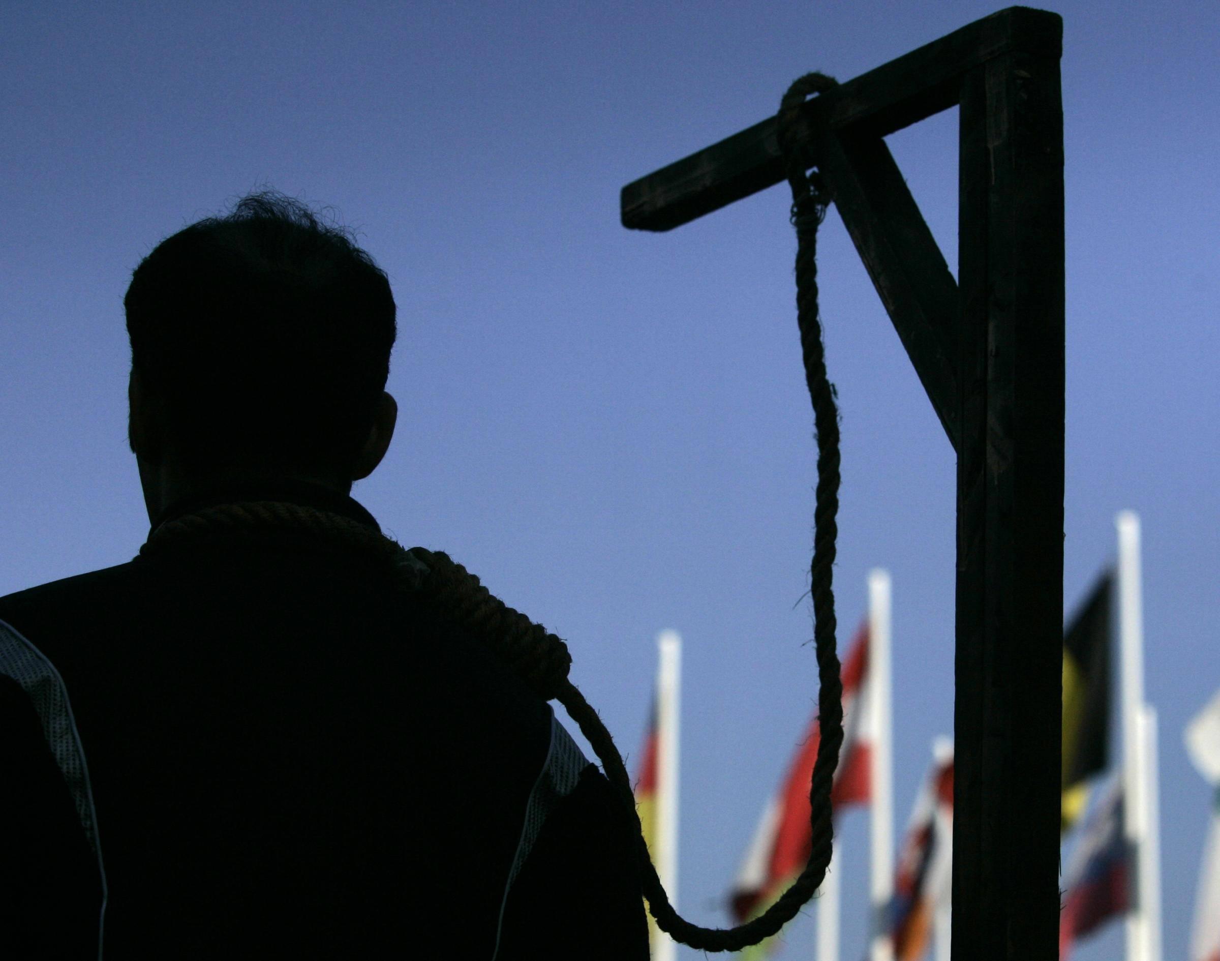 """Iran, finisce sotto processo a 15 anni. Ora la sentenza; """"Impiccatelo"""""""