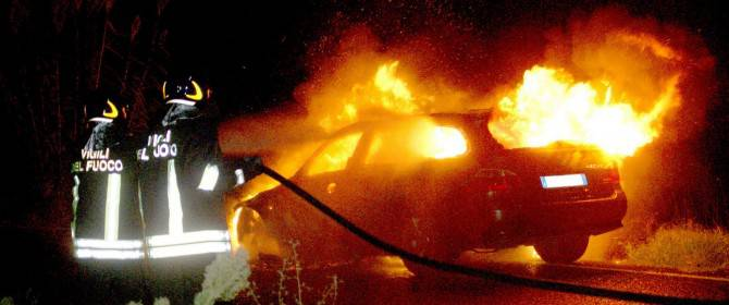 Incidente nella notte, l'auto prende fuoco. Non si salva nessuno
