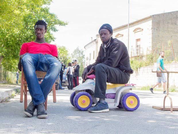 Troppo caldo e il cibo non è buono: rivolta dei migranti
