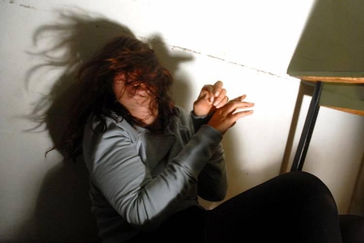 Segregata in una stanza, picchiata e malnutrita: arrestato il compagno
