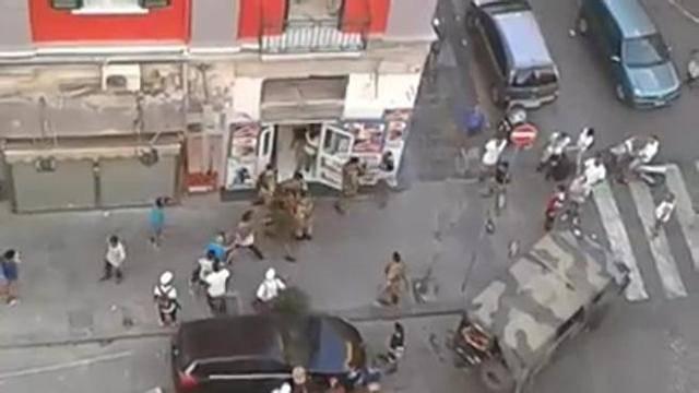 Napoli, militari dell'Esercito accerchiati e aggrediti dagli immigrati – VIDEO