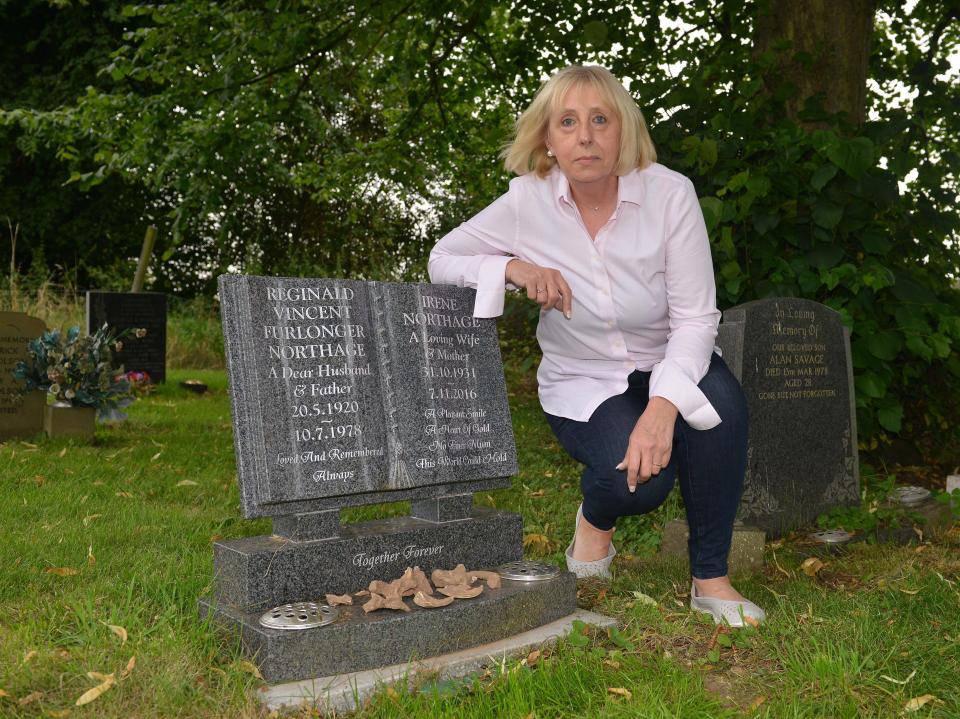 """""""Ossa umane sulla tomba dei miei genitori"""": orribile scoperta nel cimitero"""