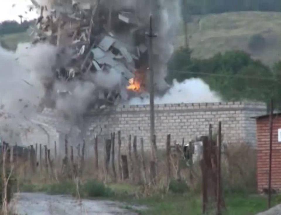 Messi alle strette, i terroristi islamici si fanno esplodere – VIDEO
