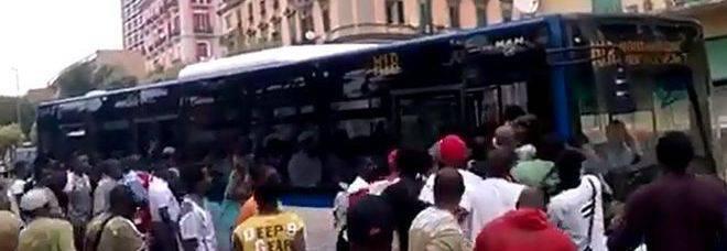 Napoli, i migranti prendono d'assalto l'autobus -VIDEO