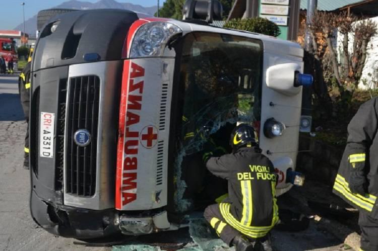 L'ambulanza si rovescia: l'anziano paziente muore all'improvviso
