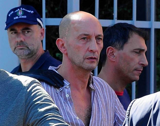 Milano, accoltella la ex e si barrica in casa