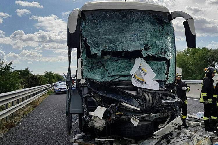 Lo schianto è spaventoso: coinvolti camion e pullman – FOTO
