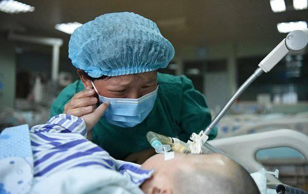 """Non può permettersi le cure per il figlio, i medici: """"Deve staccare la spina"""""""