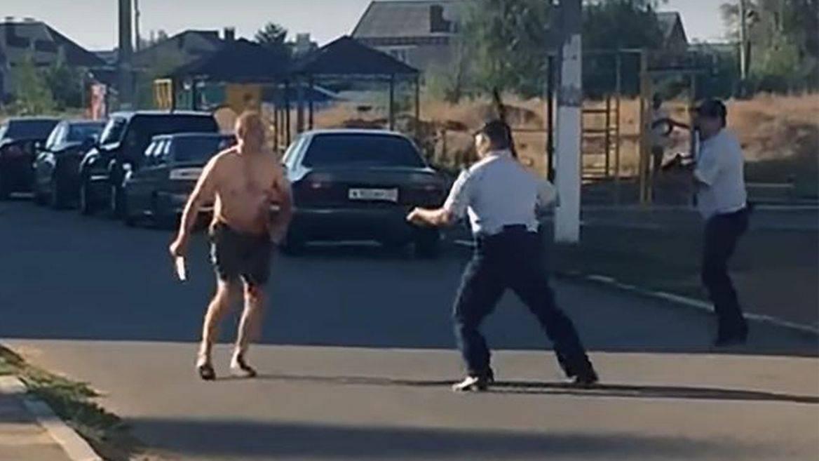 Decapita la nipotina e corre in strada con la sua testa in mano – VIDEO