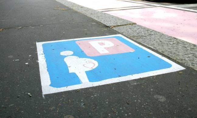 Pontida: parcheggi rosa vietati a lesbiche e single