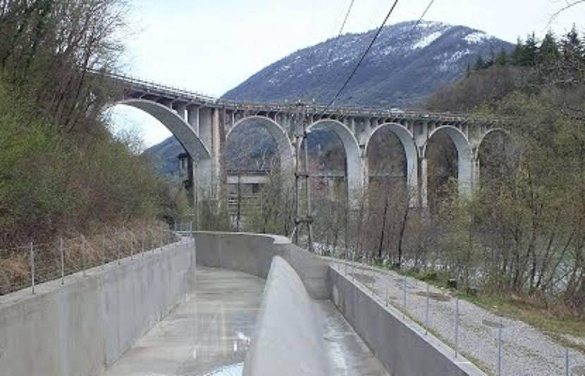 Cade dal ponte, l'impatto con un pilone è fatale