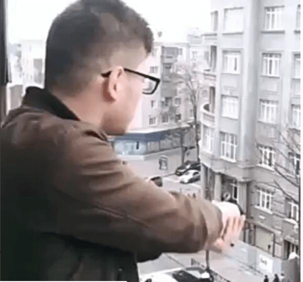 Panico tra i passanti: il ragazzo spara ridendo sulla gente – VIDEO