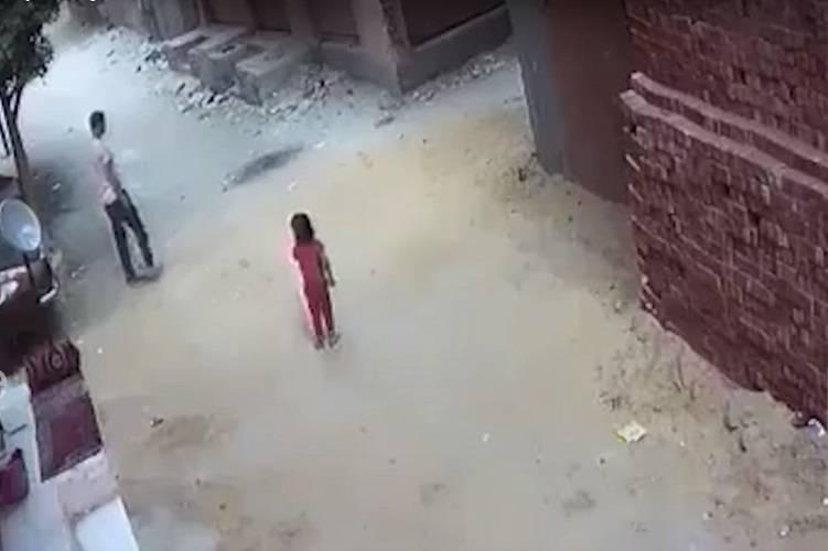 """Vede una bambina e non resiste """"Vieni con me!"""" – VIDEO"""