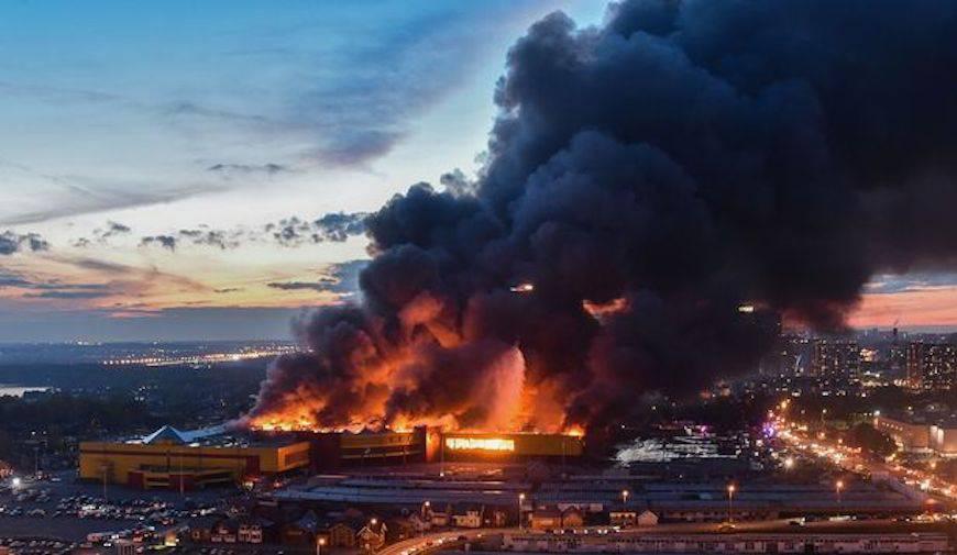 Russia, in fiamme centro commerciale a Mosca: 3mila evacuati