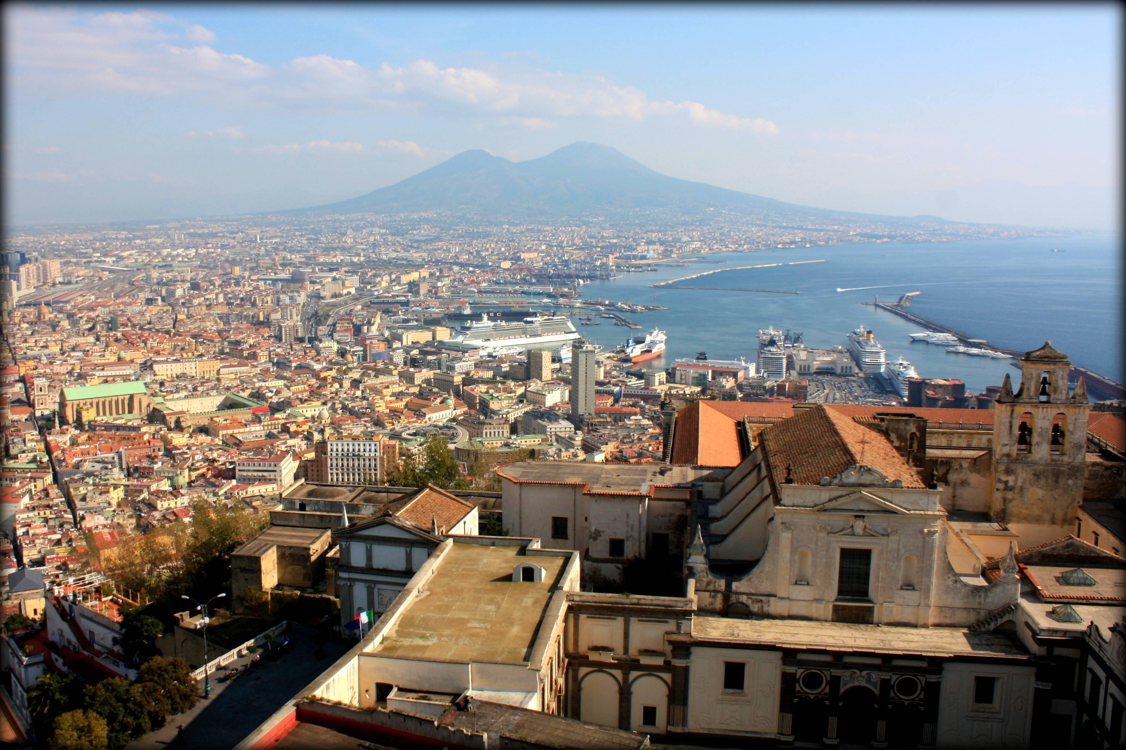 Suicidio a Mergellina: una 22enne si lancia dal balcone di casa