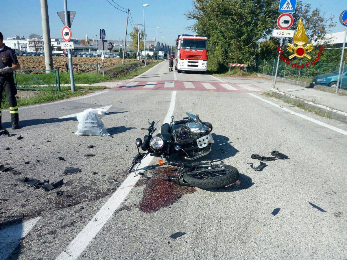 Schianto tra auto e moto, dirigente d'azienda falciato da un albanese