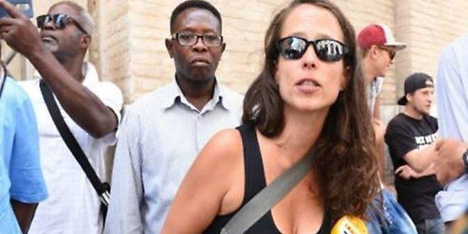Difende i migranti: foglio di via per la figlia del ministro