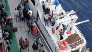 migranti sbarcano con lo yacht