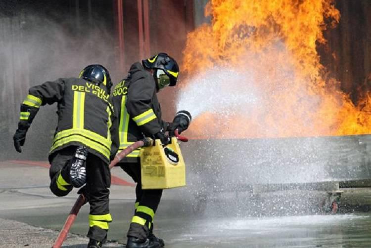 Como, palazzina in fiamme: paura per la sorte di alcuni bambini