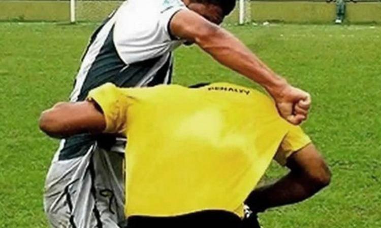 """Insulti all'arbitro, maxi squalifica a calciatore africano: """"Sporco italiano"""""""
