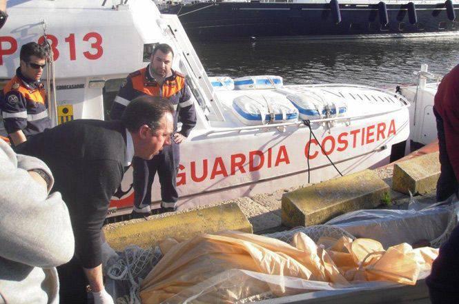 Napoli, il cadavere di una donna spunta dall'acqua