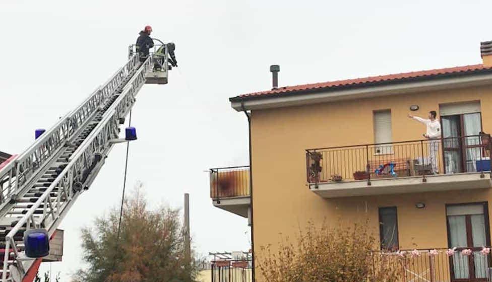 Ancona: 29enne dà fuoco alla casa e si getta dal balcone