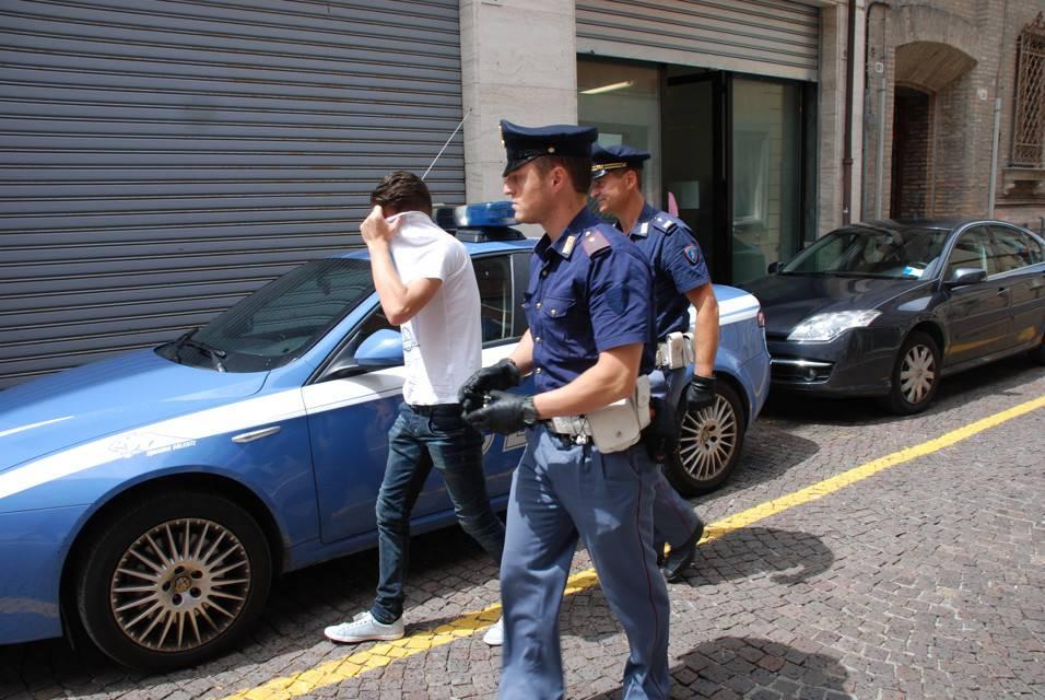 Rumeno e senegalese violentano una 18enne: niente carcere