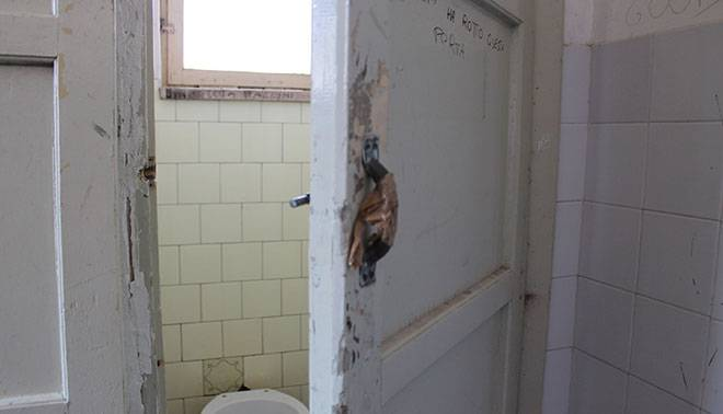Bimbo di 5 anni muore in un bagno della scuola al via il processo - Vasca bagno bambini 5 anni ...