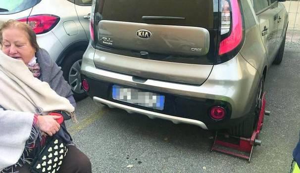 Bologna, ganasce all'auto e multa di 90 euro ad una disabile