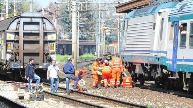 Casalnuovo: ventunenne investita da un treno davanti al padre