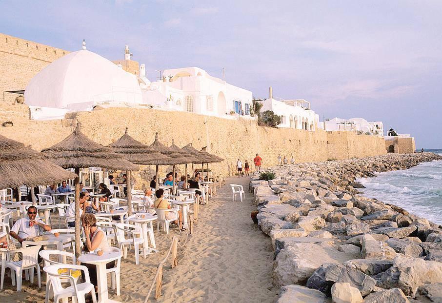 Italia troppo cara. Pensionata va a godersi la vita in Tunisia