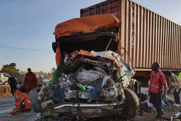 Terrificante incidente tra autobus e camion in autostrada, 30 le vittime