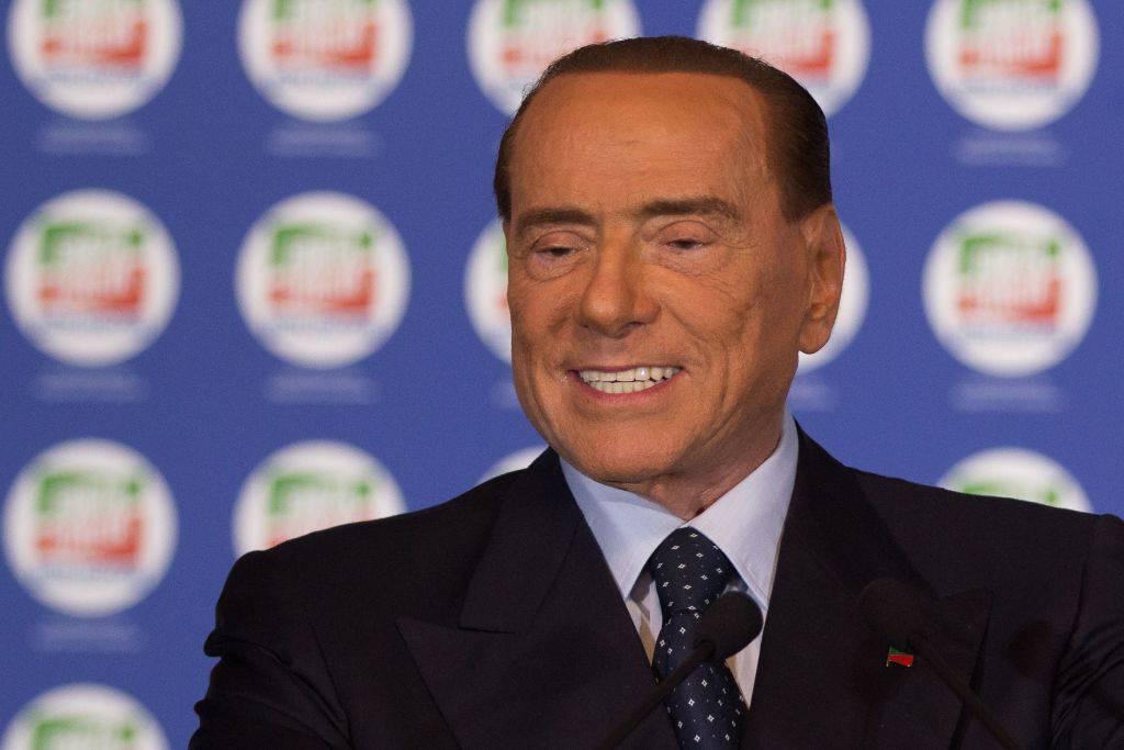 """Silvio Berlusconi lancia il reddito di dignità: """"Mille euro per tutti"""""""