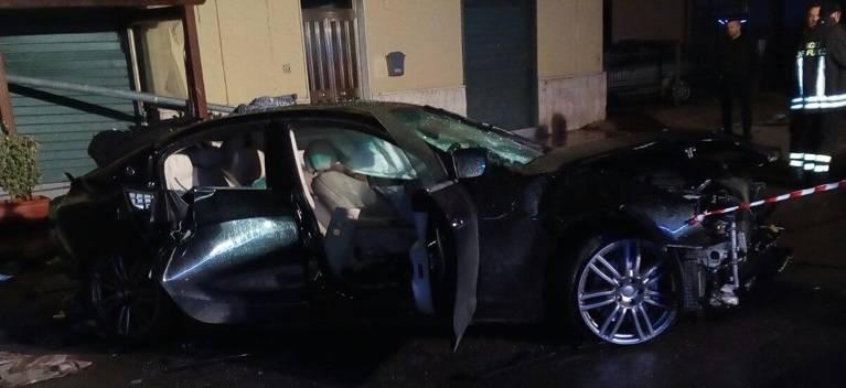 Schianto nella notte, muore dopo un fuori strada con la Maserati