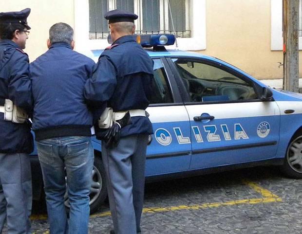 Stupra la figlia davanti alla nipotina: arrestato