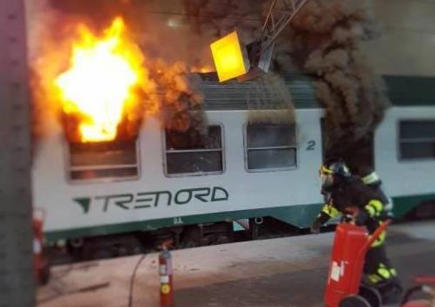 Paura a Milano: treno in fiamme alla Stazione Centrale