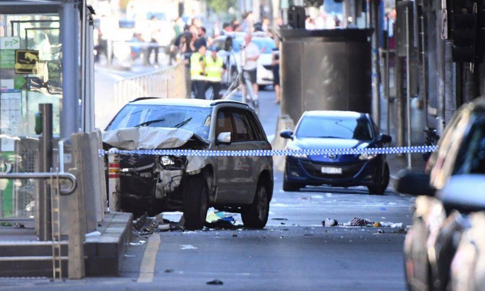 Si schianta con l'auto sulla gente in pieno centro, arrestato dalla Polizia