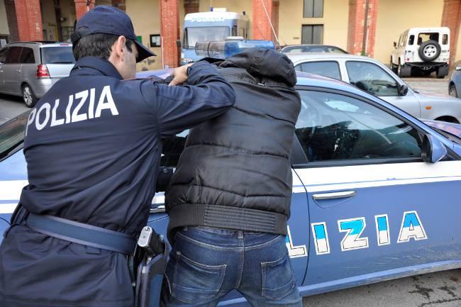 Asti, 30enne sequestrata, picchiata e violentata: si salva con WhatsApp