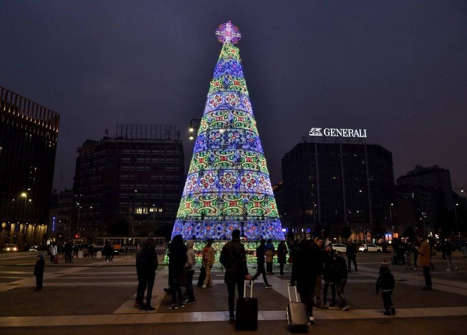 Sale sull'albero di Natale di Milano. Arrestato un ragazzo 21enne