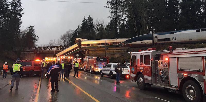 Seattle, treno deraglia e precipita dal ponte: 6 morti – VIDEO