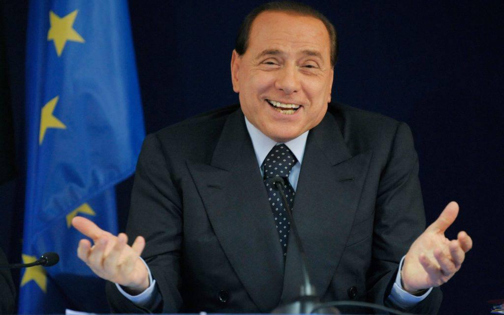 """""""Villa piena di Viagra. Me l'hanno finita tutta"""". Berlusconi se la ride"""