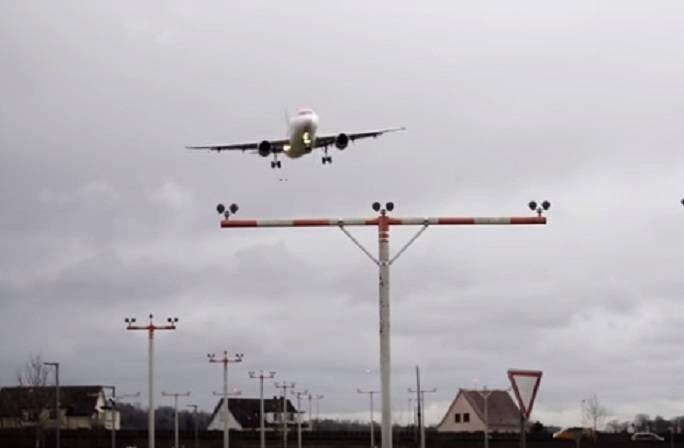 L'aereo oscilla in fase di atterraggio, la tempesta Eleanor spaventa tutti – VIDEO