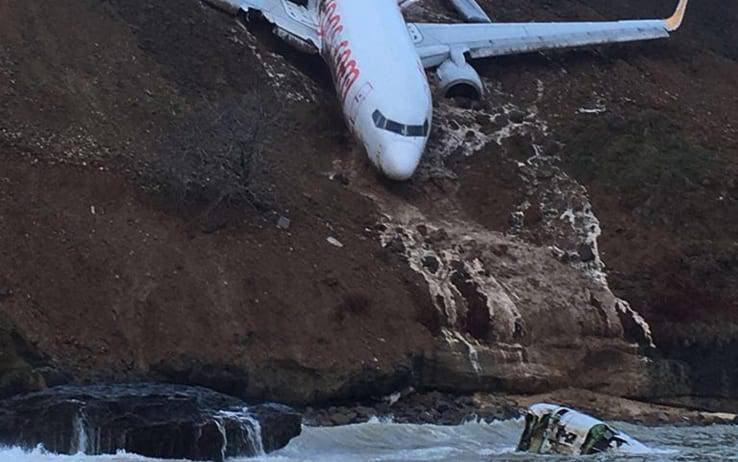 Atterraggio sbagliato! Terrore in pista, aereo finisce in bilico su una scogliera