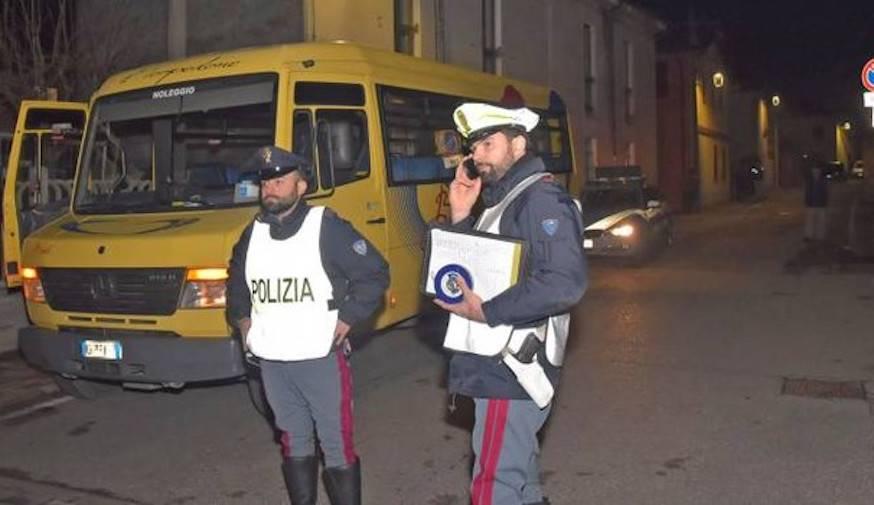 Bimbo scende dallo scuolabus e viene travolto: dramma a Pavia