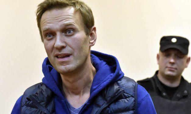 Navalny, sospetto avvelenamento per il dissidente russo: ma torna in carcere