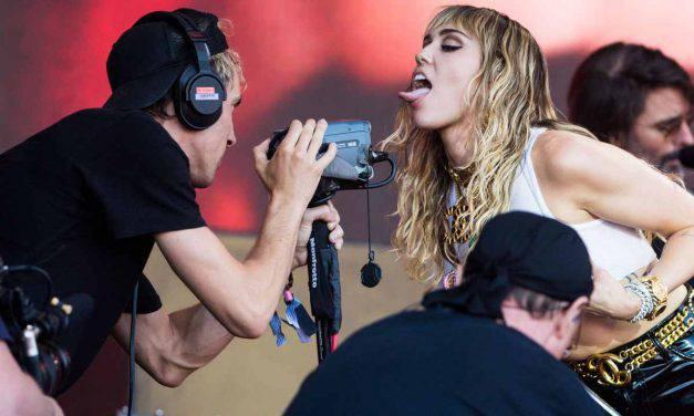Miley Cyrus spende le vacanze in Italia dopo la separazione – FOTO