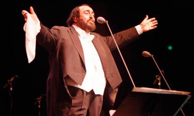Anticipazioni tv 24 agosto, Techetechetè dedicata a Pavarotti