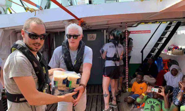 Richard Gere porta viveri ai migranti in mezzo al mare – FOTO
