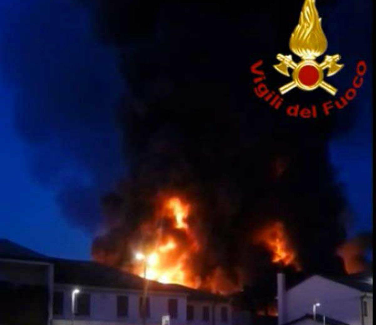 Incendio in un capannone Riese Pio X fiamme fumo
